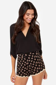 Crossing Garden Black Floral Print Shorts at Lulus.com!