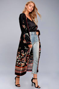 FARAWAY LANDS BLACK PRINT SATIN KIMONO TOP at Lulus.com!